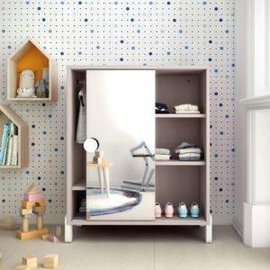 armoire de proposition montessori avec miroir étagères et penderie