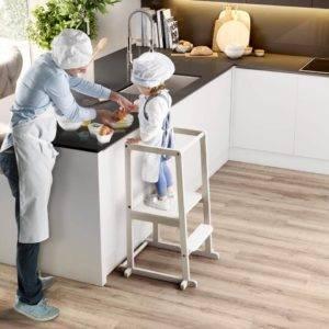 petite fille cuisine avec son père grâce à sa tour d'observation montessori