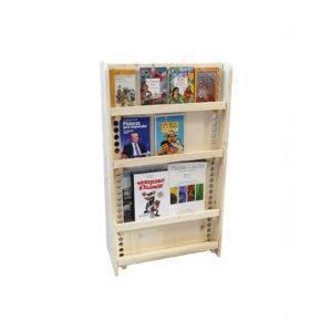 bibliothèque montessori avec des livres et magazines