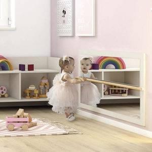 petite fille utilisant son miroir montessori avec barre de brachiation