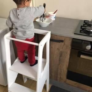 petit garçon cuisinant sur sa tour d'observation blanche de bianconigliokids