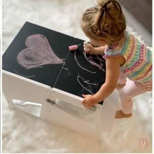 tour montessori transformée en bureau avec tableau noir
