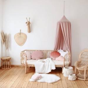ciel de lit rose dans un décoration rotin