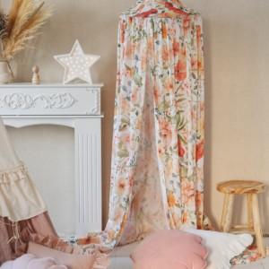 ciel de lit blanc avec fleurs roses