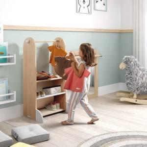 petite fille rangeant ses vêtements dans l'armoire penderie montessori