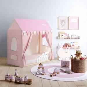 lit cabane montessori avec tente rose et blanche dans une chambre de petite fille