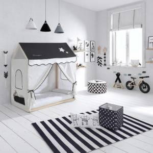 lit cabane montessori avec tente blanche et noire dans une chambre d'enfant