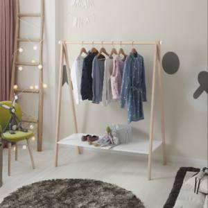 portant montessori bois naturel et blanc dans une chambre d'enfant