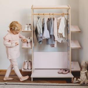 petite fille rangeant ses chaussures dans son armoire montessori