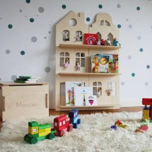 bibliothèque montessori en forme de maison