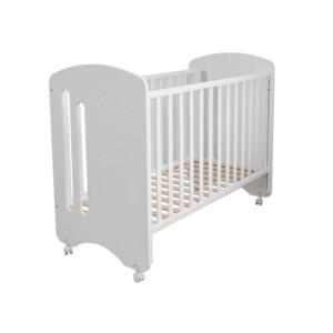 lit bébé à barreaux design de coloris blanc