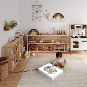 petit garçon jouant dans sa chambre avec sa table lumineuse