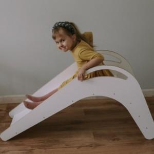 petite fille s'apprêtant à glisser sur le toboggan d'intérieur