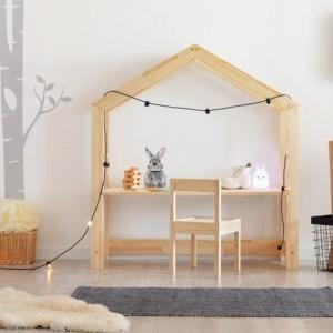bureau cabane avec chaise dans chambre enfant