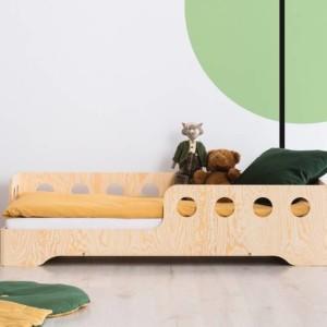 lit montessori avec découpes rappelant les cabines de bateau dans chambre enfant