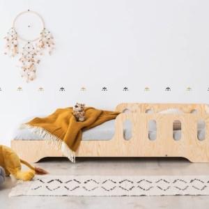 lit montessori en pin naturel dans chambre enfant