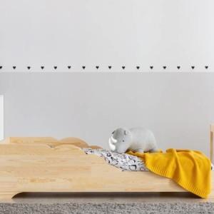 lit montessori avec découpes en formes de collines dans chambre enfant