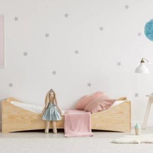 lit bateau montessori en pin naturel dans chambre de petite fille