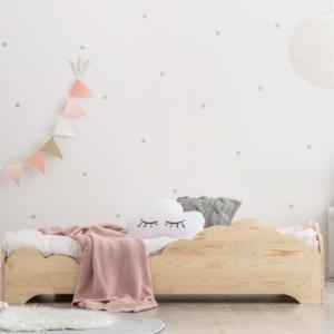 lit montessori nuage en pin naturel dans chambre enfant