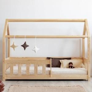 lit cabane avec barrière intégrée de coloris bois naturel dans chambre enfant